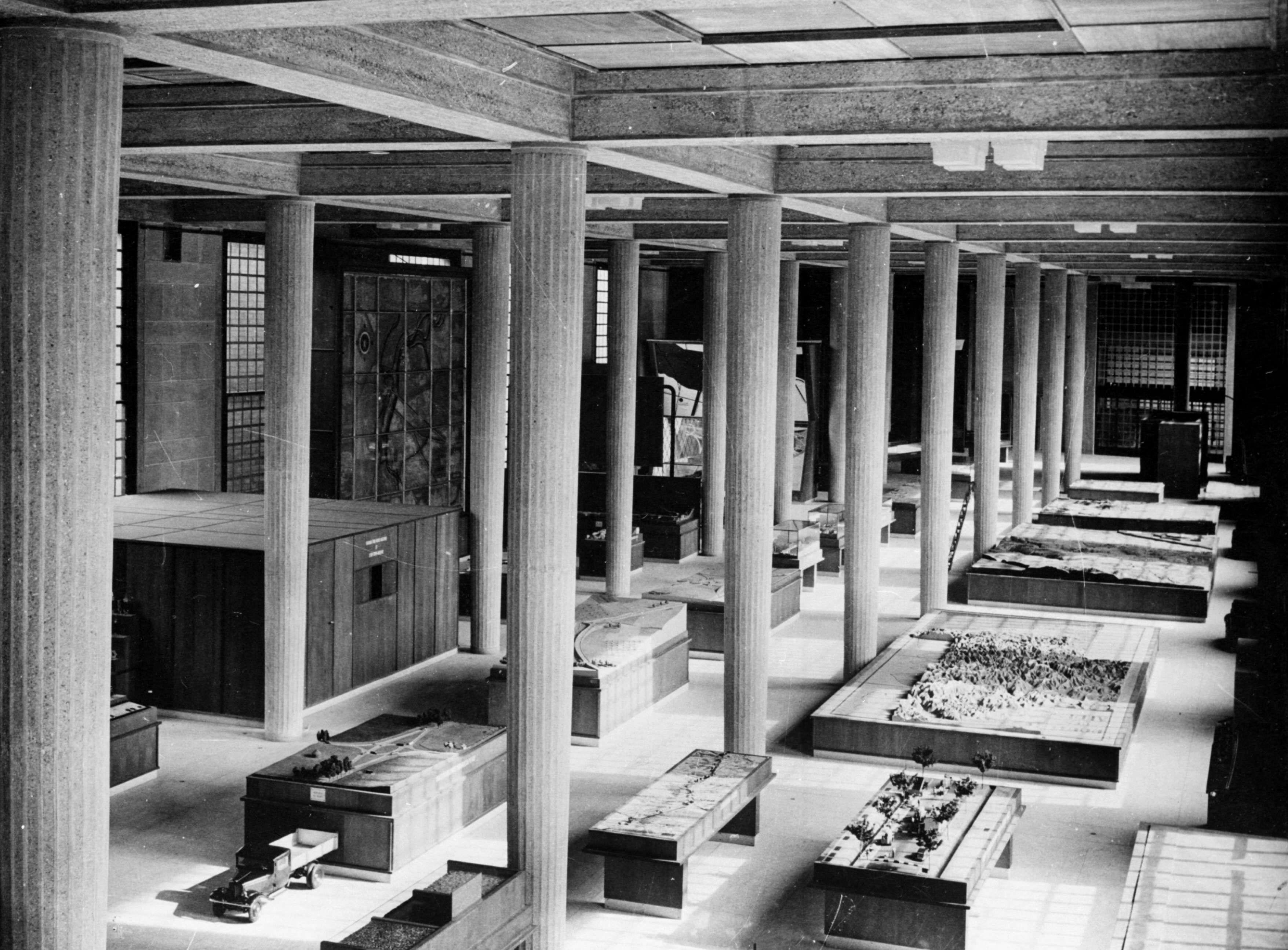 Image   La grande salle du Musée national des travaux publics, 1939 © Roger  Viollet 675f2a6631ef